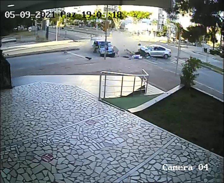Antalya'da iki otomobilin çarpıştığı kaza kamerada; 4 yaralı