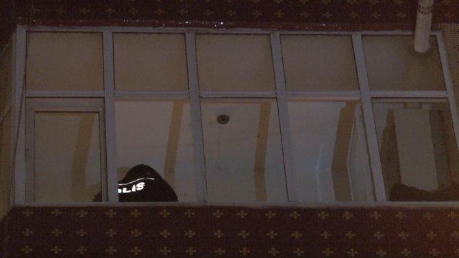 Bir kişi evde boynundan asılı halde bulundu
