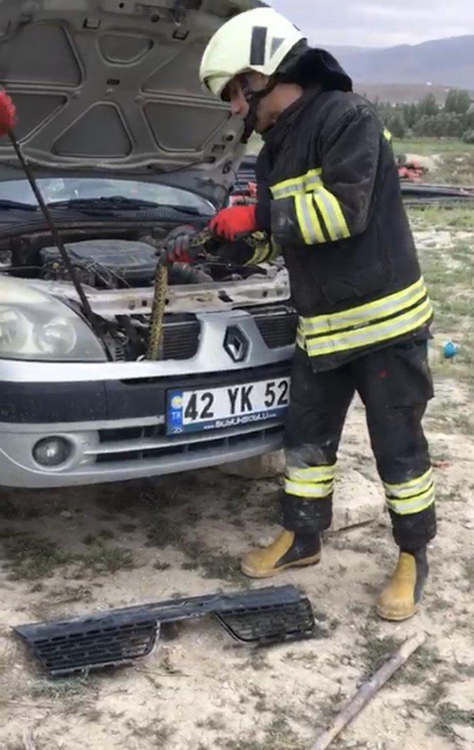 Konya'da otomobile giren yılanı itfaiye çıkarttı