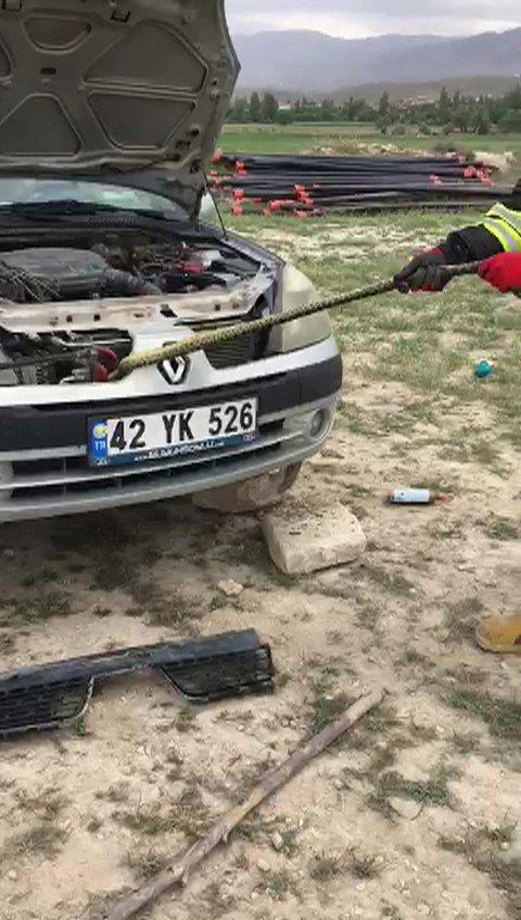 Konya'da otomobilin radyatörüne giren yılanı itfaiye çıkardı