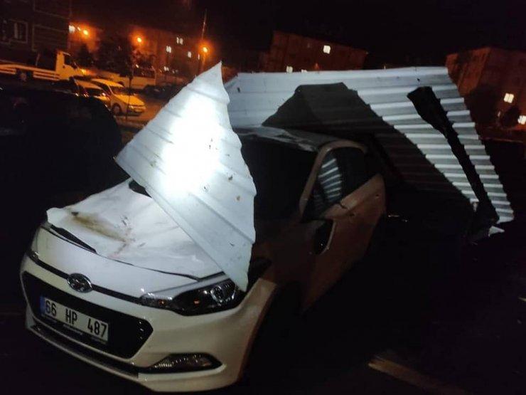 Yozgat'ta şiddetli rüzgar nedeniyle çatılar uçtu, 20 otomobilde hasar oluştu