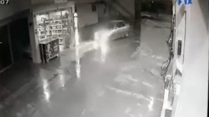Otomobil akaryakıt istasyonundaki markete böyle daldı