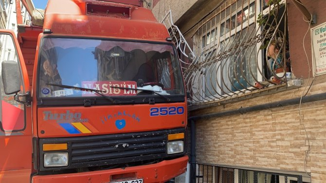 Freni boşalan kamyonet dehşet saçtı