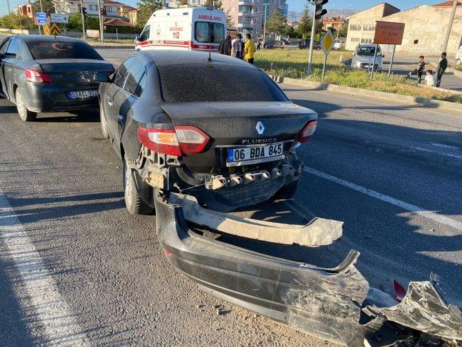 Kontrolden çıkan otomobil kırmızı ışıkta bekleyen 2 araca çarptı