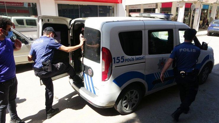 Otelinden hırsızlık yapanı sokakta yakalayıp, polise teslim etti