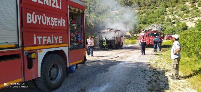 Yolcu otobüsünden çıkan dumanların ardından, alev topuna döndü
