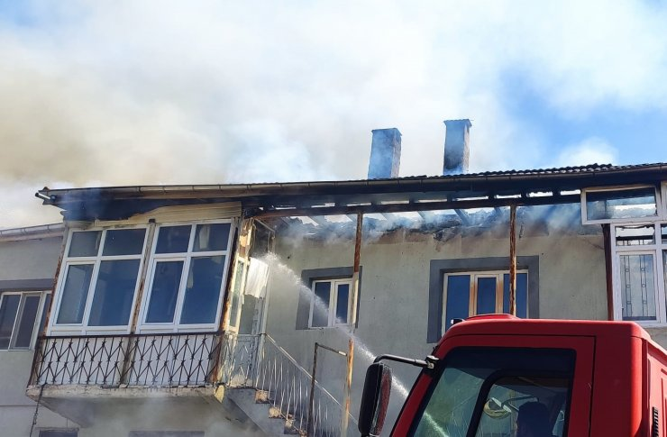 Soba üzerindeki süt taştı; çıkan yangında ev zarar gördü