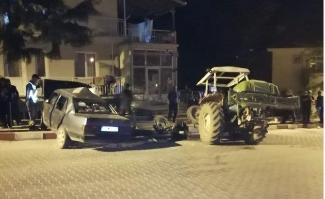 Traktör ile otomobil çarpıştı