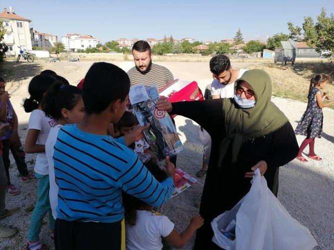 Konya'da şehit annesi çocuklara oyuncak ve çikolata dağıttı
