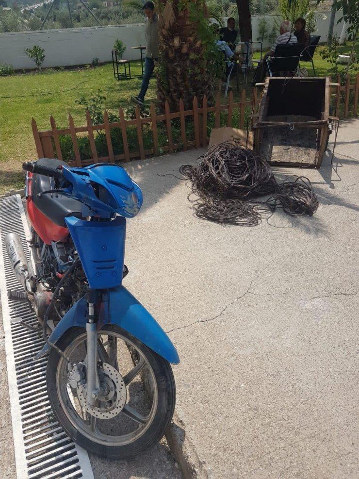 Çalıntı motosikletle inşaattan kablo hırsızlığı şüphelileri yakalandı