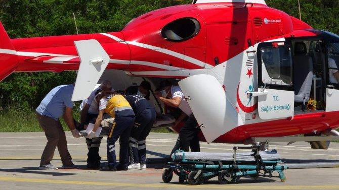 Kafasına kamyonetin arka kapağı düşen kadın hastaneye kaldırıldı