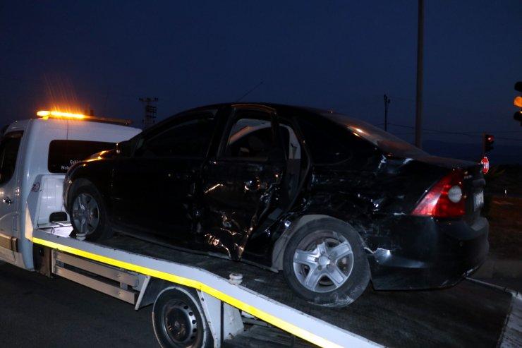 Kamyonetle otomobil çarpıştı: 3'ü çocuk 7 yaralı