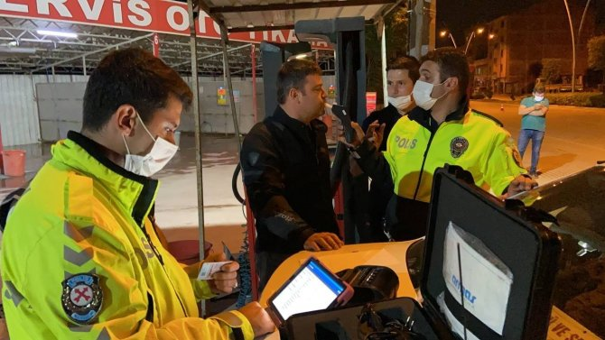 Polis ekipleri alkollü sürücüye dakikalarca dil döktü
