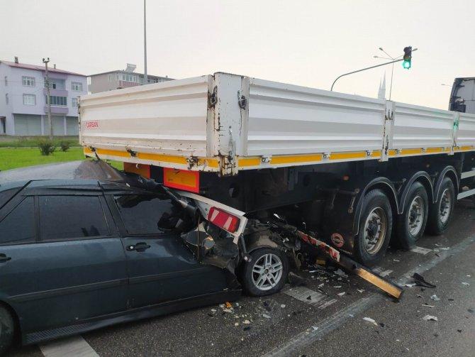 Otomobil tırın römorkunun altına girdi: 1 yaralı