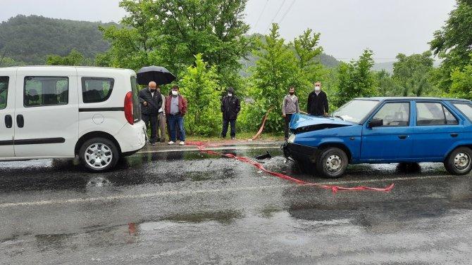 Otomobilde sıkışan iki kişi acı içerisinde kurtarılmayı bekledi