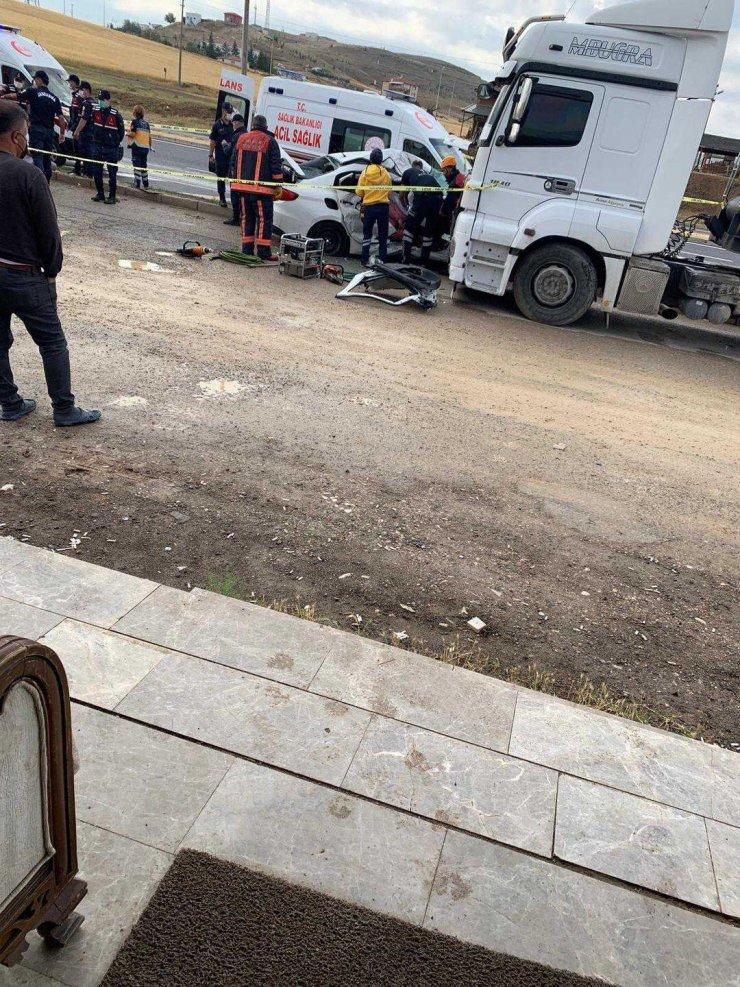 TIR'a çarpan otomobildeki anne ile oğlu öldü, baba ve kızı yaralı