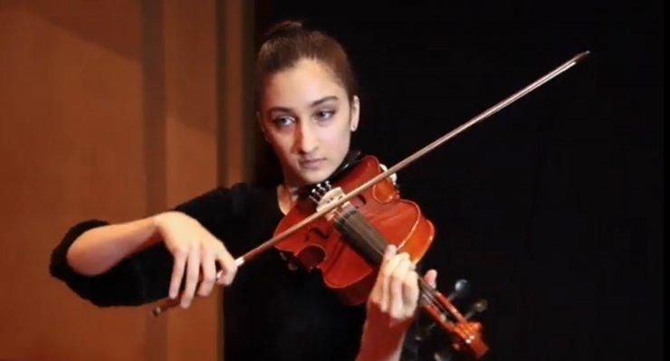 'Kırmızı diplomalı' 15 yaşındaki Safiye, 5'inci dili öğreniyor