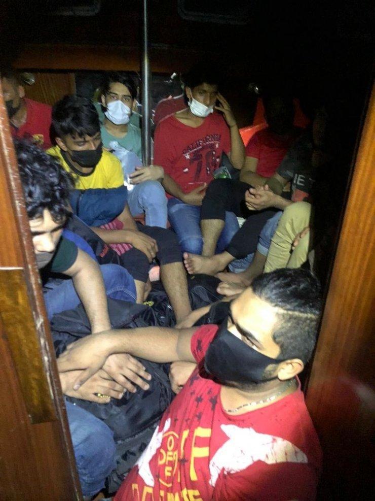 İzmir'de 45kaçak göçmen ile2 göçmen kaçakçısı yakalandı