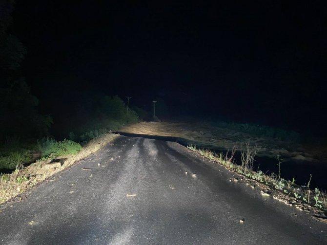 Derenin taşması nedeniyle yol çöktü