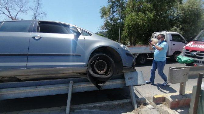 Lastiği patlayan otomobil bariyer üzerinde 40 metre gittikten sonra durabildi