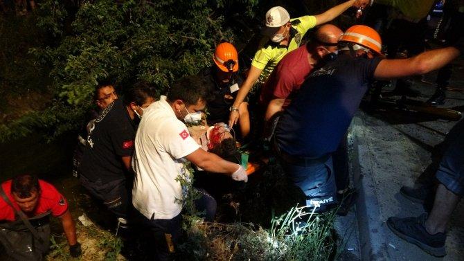 Ağaca çarpan otomobilde sıkışan genç sürücü 1 saatte kurtarıldı