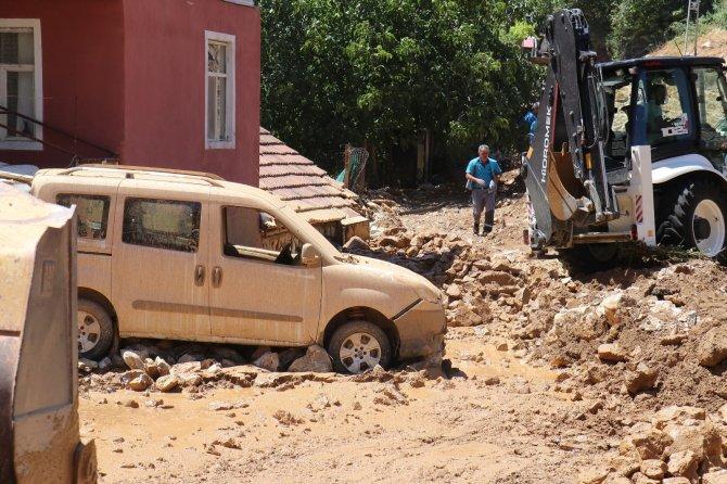 Sulama kanalı patladı, evler su altında kaldı