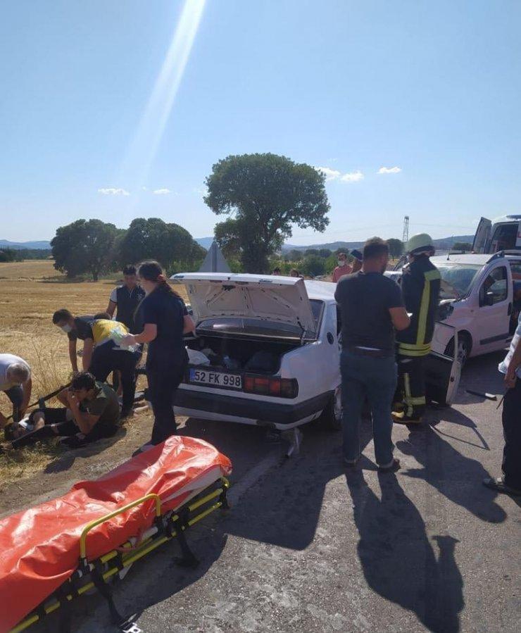 Hafif ticari araç ile otomobil kafa kafaya çarpıştı: 1 ölü, 6 yaralı