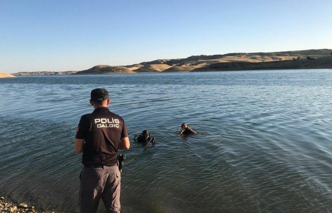 Serinlemek için girdiği baraj gölünde boğuldu