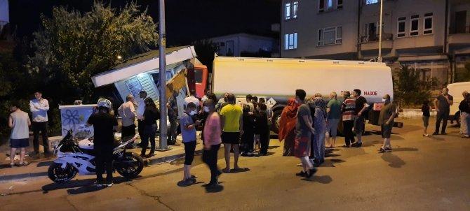 Freni boşalan akaryakıt kamyonu ekmek büfesine daldı