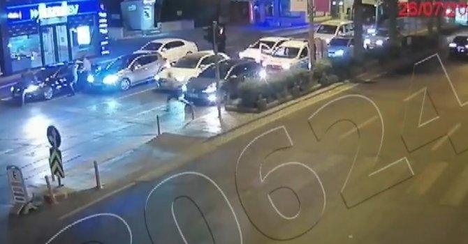 Kaçan sürücü polis memurunu aracın kaputunda böyle sürükledi