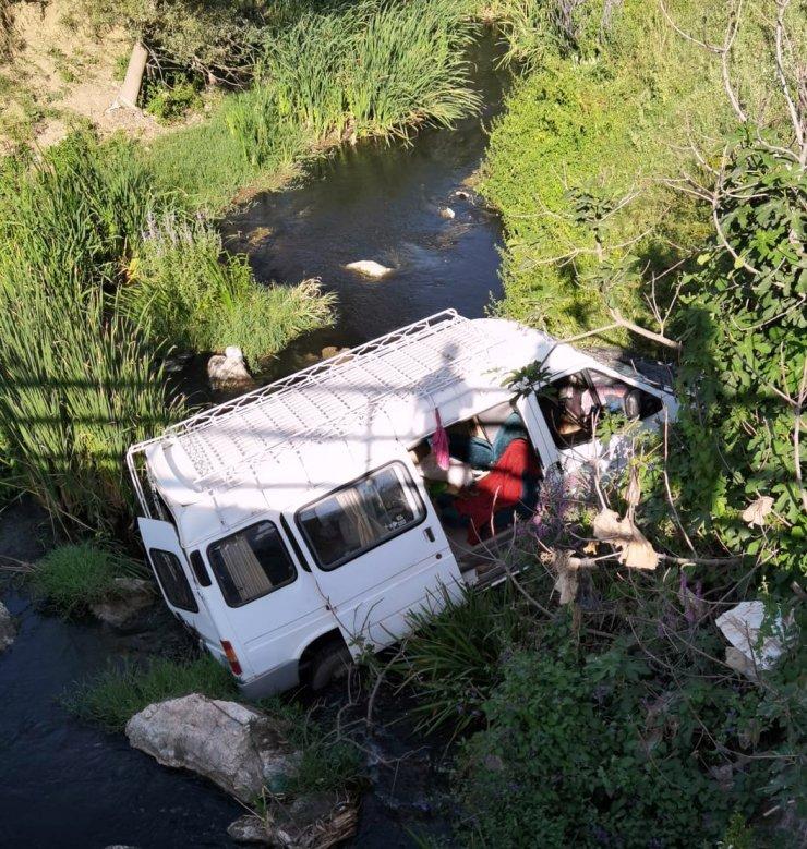 Mevsimlik işçilerin taşındığı minibüs dereye uçtu: 6 yaralı