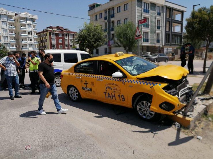 Otomobil ile taksi çarpıştı: 2 yaralı