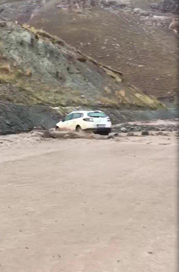 Sel nedeniyle araçlar mahsur kaldı