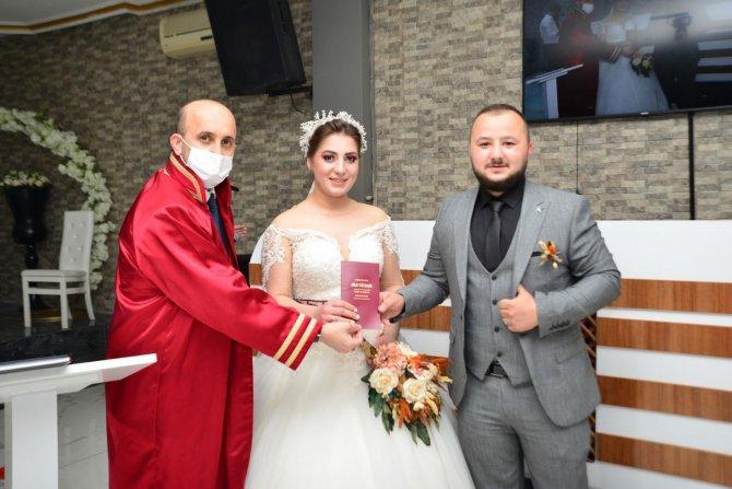 Kısıtlamadan çıkan, nikah salonuna koştu