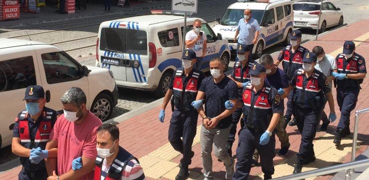 Yurt dışına kaçmaya çalışırken yakalanan 4 eski polis, adliyeye sevk edildi