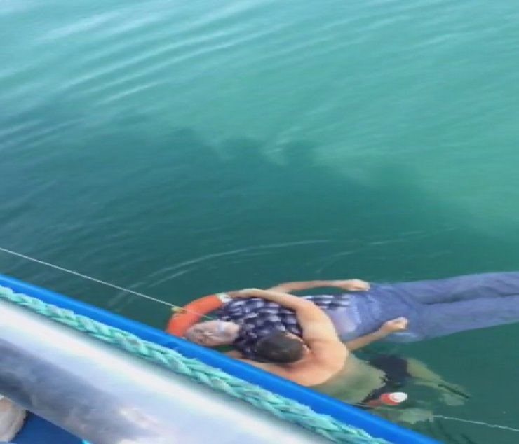 Ada vapurundan denize düştü; yolcular kurtardı