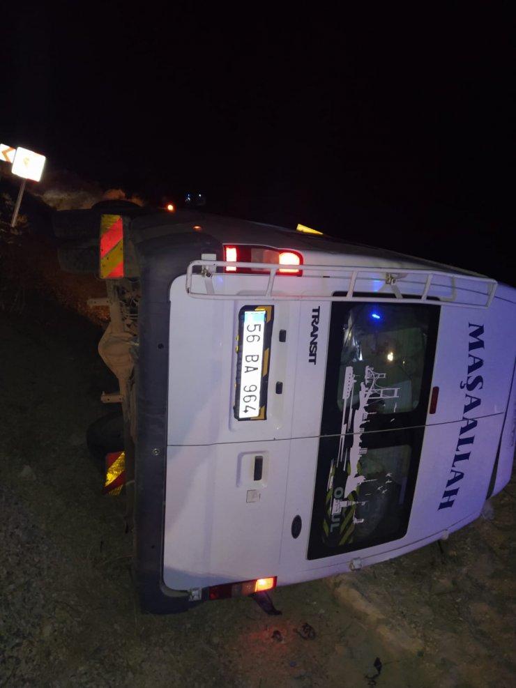 Düğüne gidenlerin bulunduğu minibüs şarampole devrildi: 12 yaralı