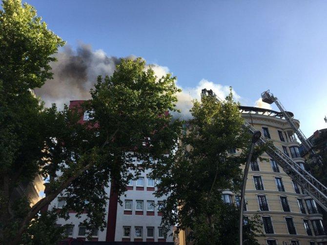 Otelin çatı katında yangın