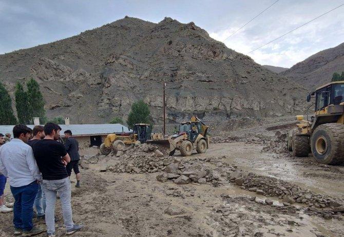 Van Büyükşehir Belediyesi tüm imkanlarıyla sel bölgesindeki çalışmalarını sürdürüyor