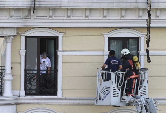 Otelin çatı katında çıkan yangına müdahale ediliyor