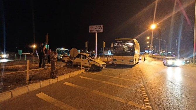 Yolcu otobüsü ve otomobil çarpıştı:1 ağır yaralı