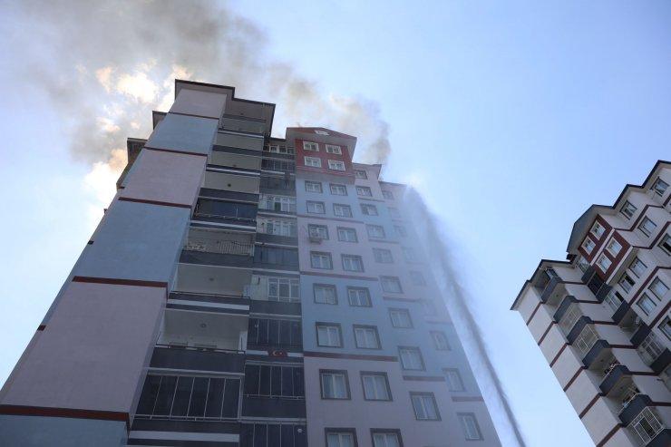 Çatısında yangın çıkan 13 katlı apartmandakiler tahliye edildi