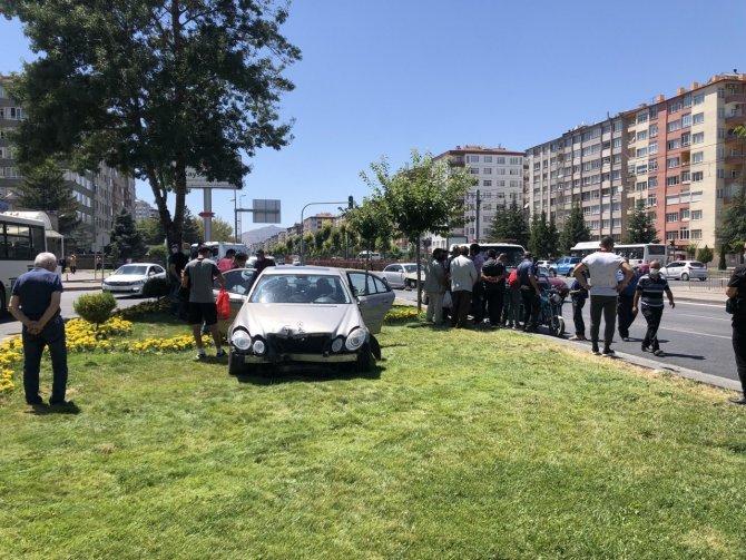 Otomobil ile mobilet çarpıştı: 3 yaralı