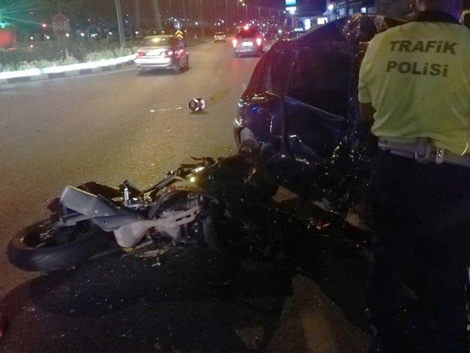 Otomobil ile motosiklet kavşakta çarpıştı