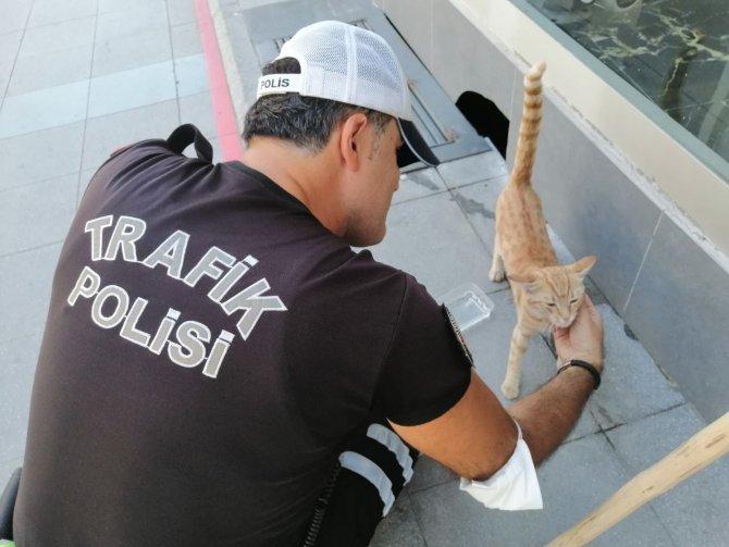 Polisin hayvan sevgisi yürekleri ısıttı