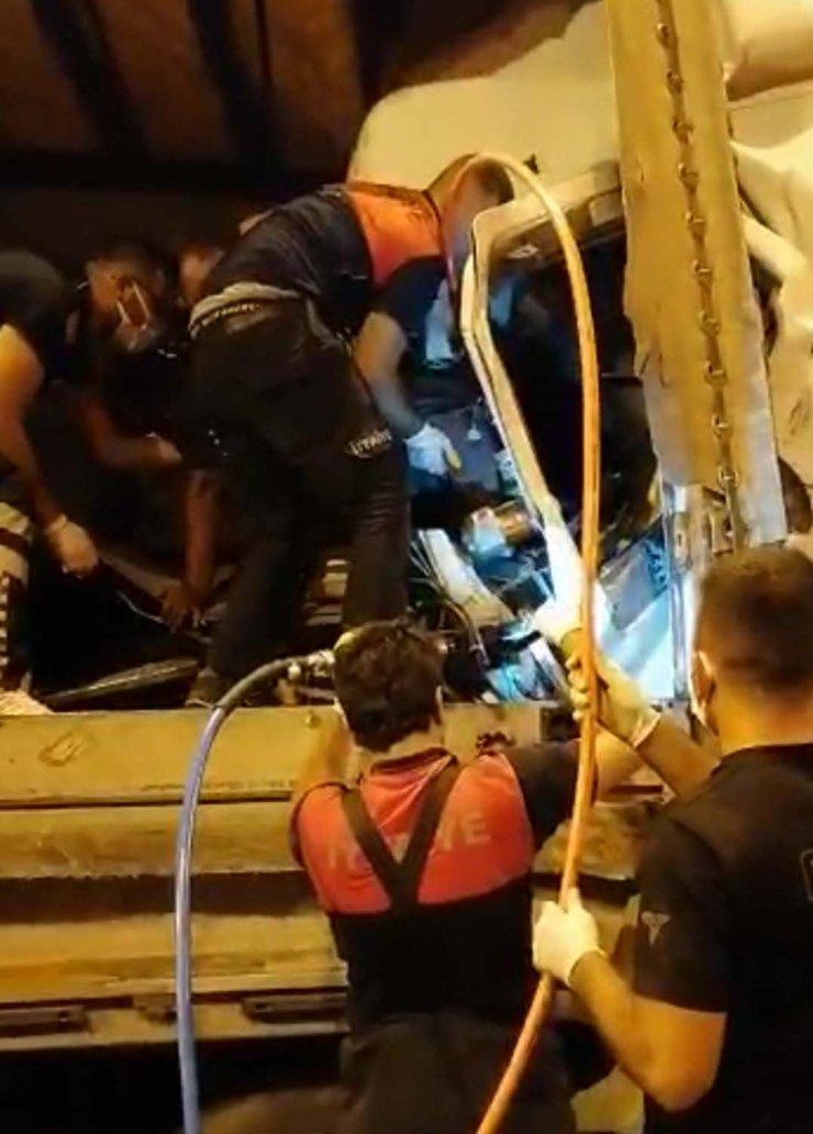 Kabinde sıkışan TIR sürücüsünü ekipler kurtardı