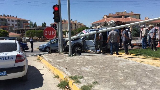 Konya'da hafif ticari araç aydınlatma direğine çarptı: 3 yaralı