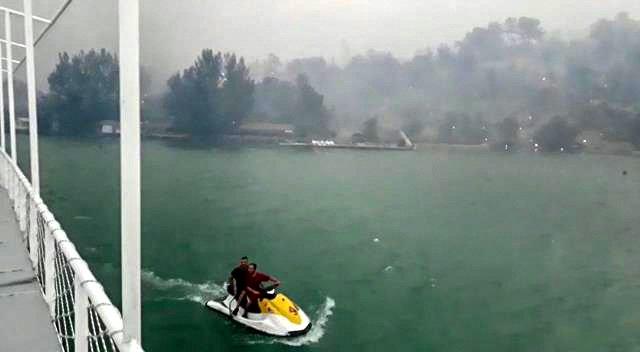 Yangından kaçarken tekneyle açıldıkları gölde 6 saat kurtarılmayı beklediler