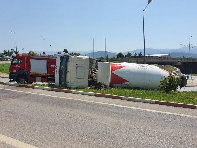 Beton mikseri devrildi, sürücü ölümden döndü