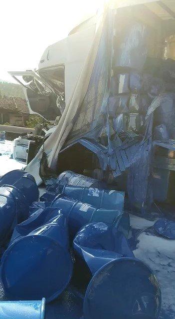 Kaza yapan boya ve tiner yüklü TIR'da götürüldüğü otoparkta patlama oldu